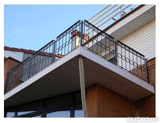 Балкон с кованым подзором над крыльцом, Черный+золото от ком.